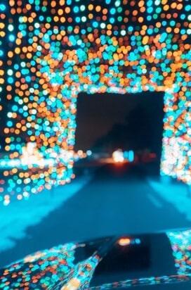 Imagen con muchas luces reflejadas sobre un capot